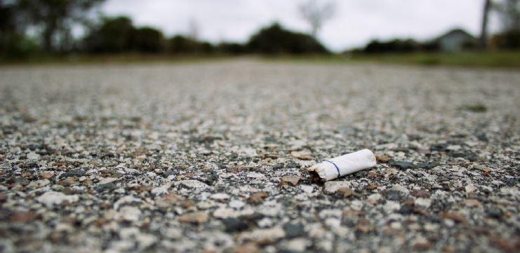 Raucherentwoehnung Nichtraucher Hypnose - Kippe auf der Strasse
