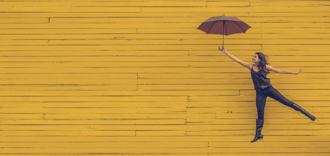 Mobile Hypnose - Frau mit Schirm als Symbolbild