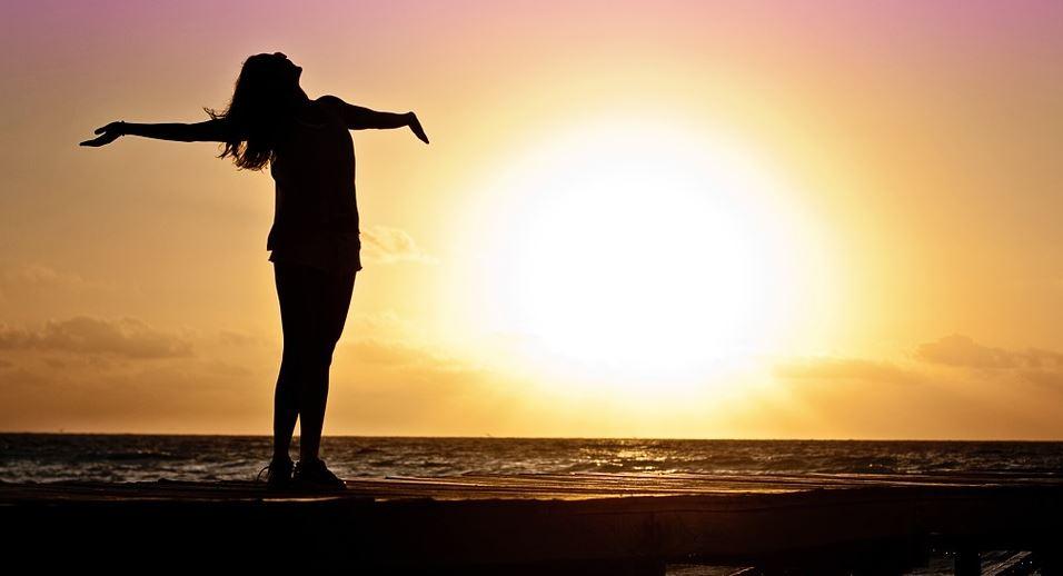 Nichtraucher Hypnose Erfahrungen Symbolbild Frau im Meer