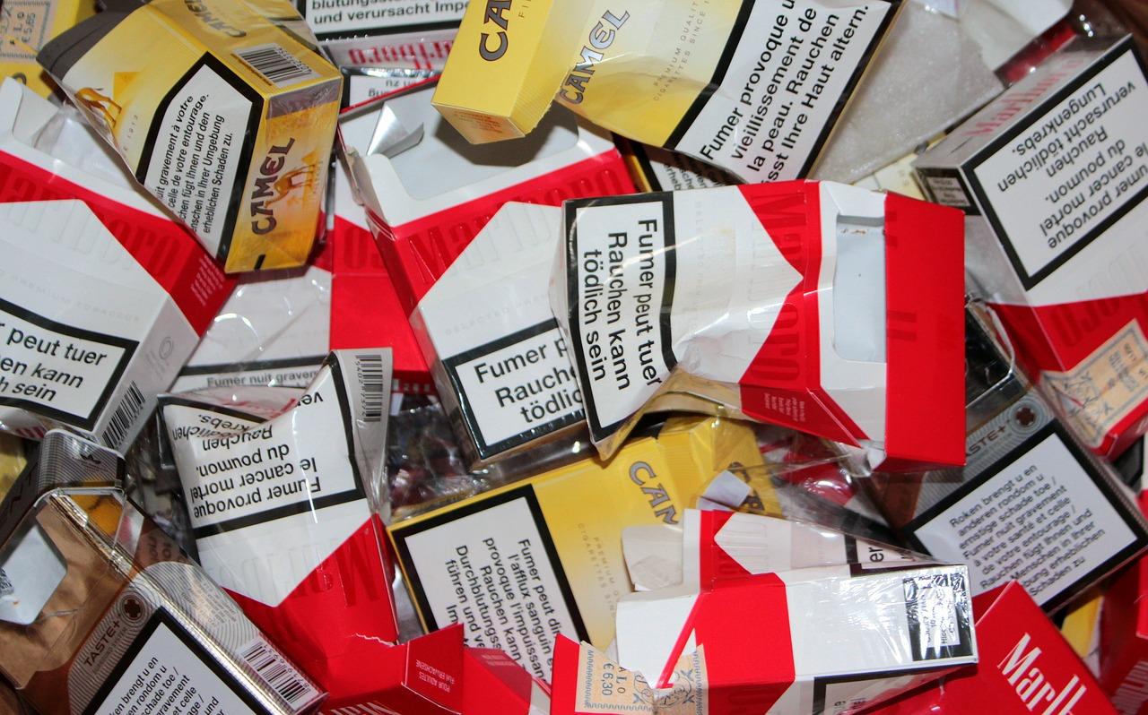 Raucherentwöhnung Erfahrungen leere Zigarettenschachteln