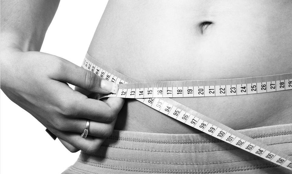 Gewichtsreduktion Brandenburg - Symbolbild Maßband Bauchumfang