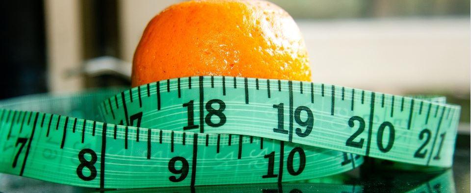 Gewichtsreduktion Brandenburg - Maßband mit Orange als Symbol