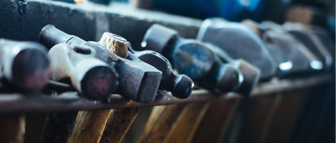 Der Kniehammer - Symbolbild Hämmer Werkzeuge