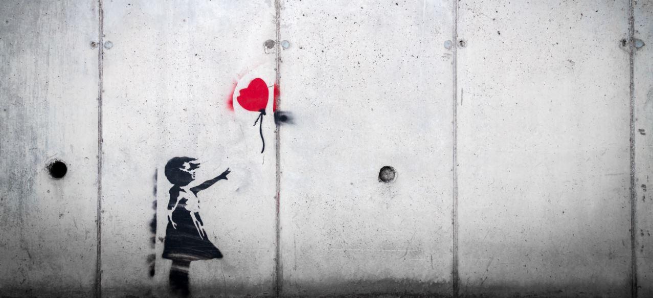 Raus aus der Opferrolle - Symbolbild Mädchen mit Luftballon