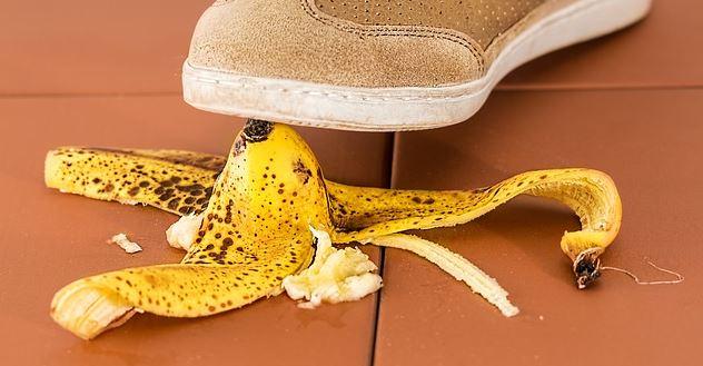 Nichtraucher bleiben - auf einer Banane ausrutschen als Symbolbild