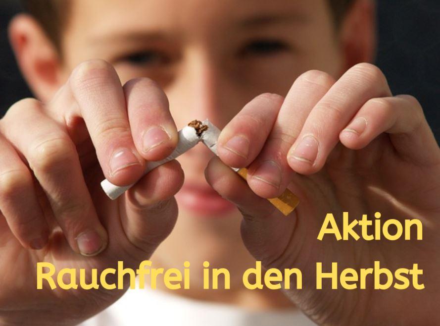 Rauchfrei im Herbst - Raucher zerbricht Zigarette , Symbolbild